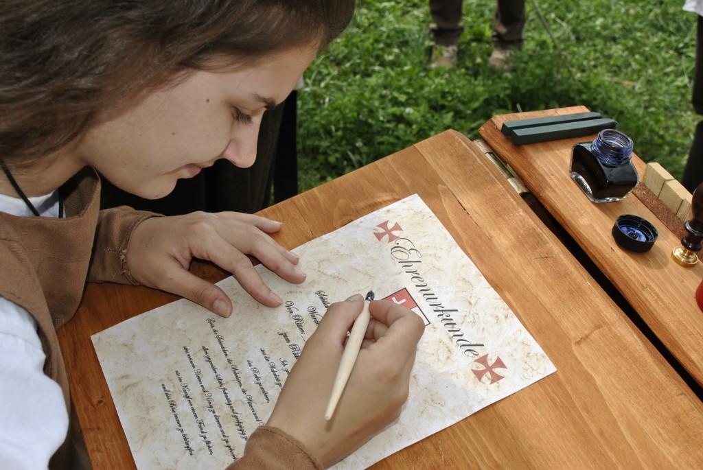 Schreiberling Kunigunde schreibt eine Urkunde