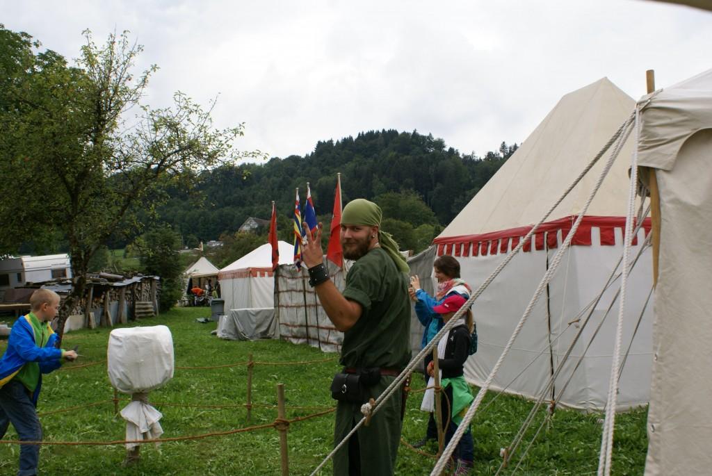 Arlen der Bär überwacht den Prügelknappen