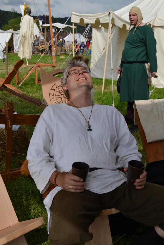Bauer Herby geniesst Wein und Sonne