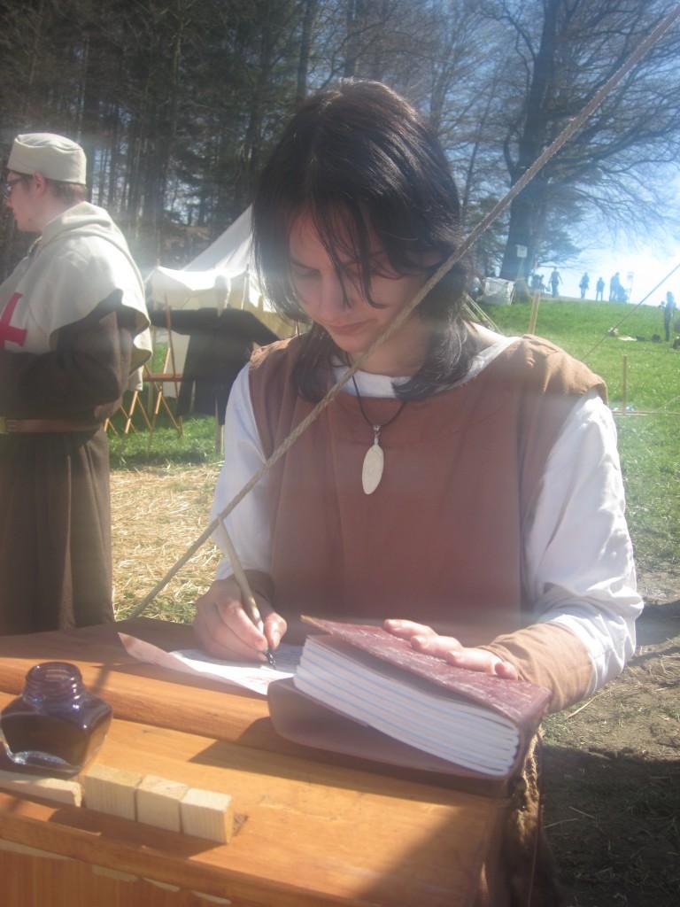 Schreiberling Kunigunde füllt eine Urkunde aus